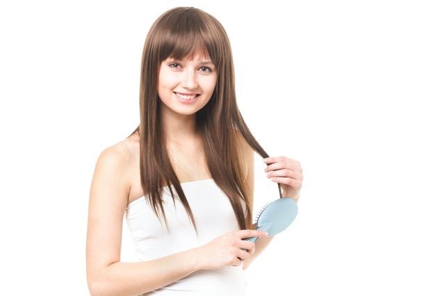 くしで髪をとかす女性