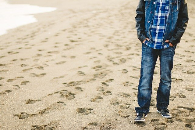 ビーチを歩く男性