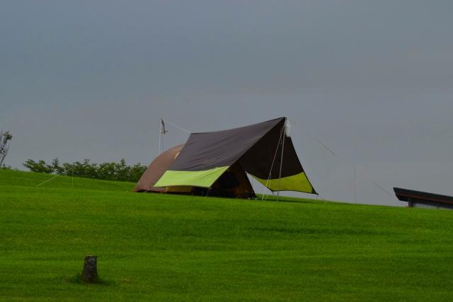 テントと連結したタープ