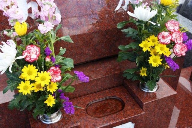 お墓参り後にお花は片付けるの?マナーやお花の種類も解説