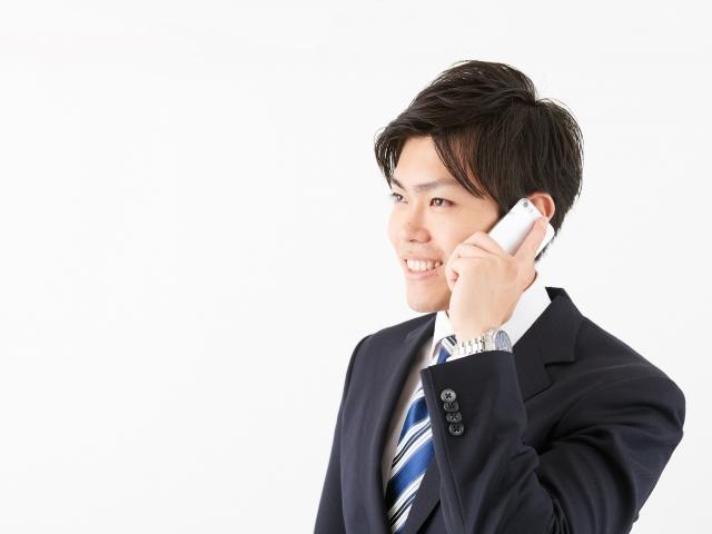電話をしている男性