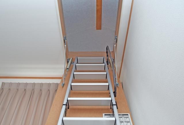 屋根裏部屋用階段