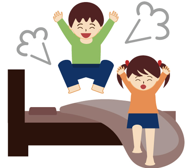 ベッドで遊んでいる子供二人