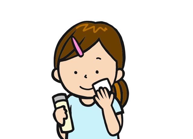 化粧水をつけている女性