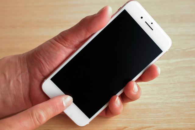 iPhoneを操作する人