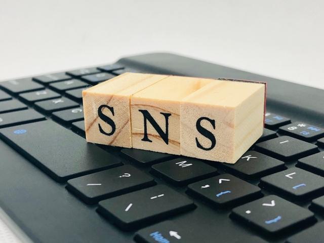 キーボードの上にSNSのロゴ