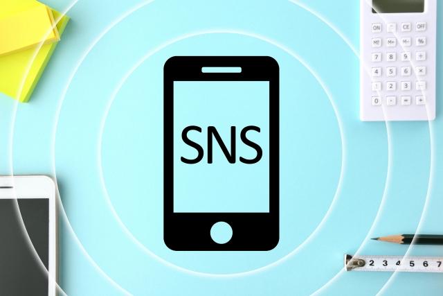 スマホにSNSの文字
