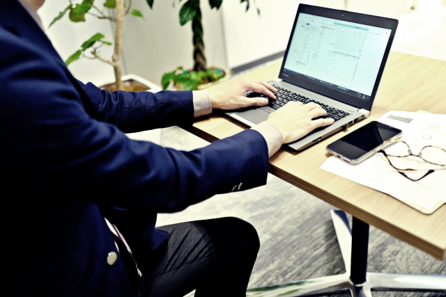 パソコンで作業している人