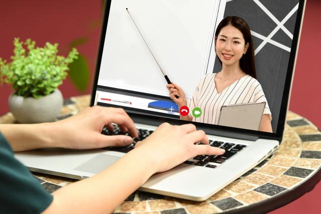 パソコンに女性が映っている