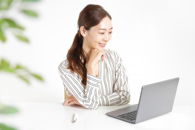 パソコンで会話するっ女性