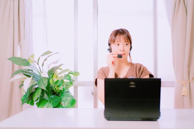 パソコンで会話している女性